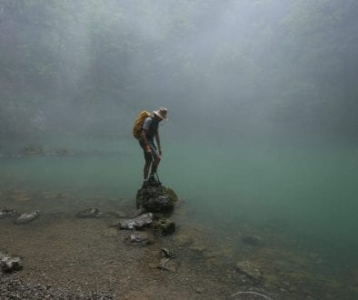 Risnjak-564-giu2015-lungo fiume Kupa-nebbiolina sul torrente Dario su masso in acqua