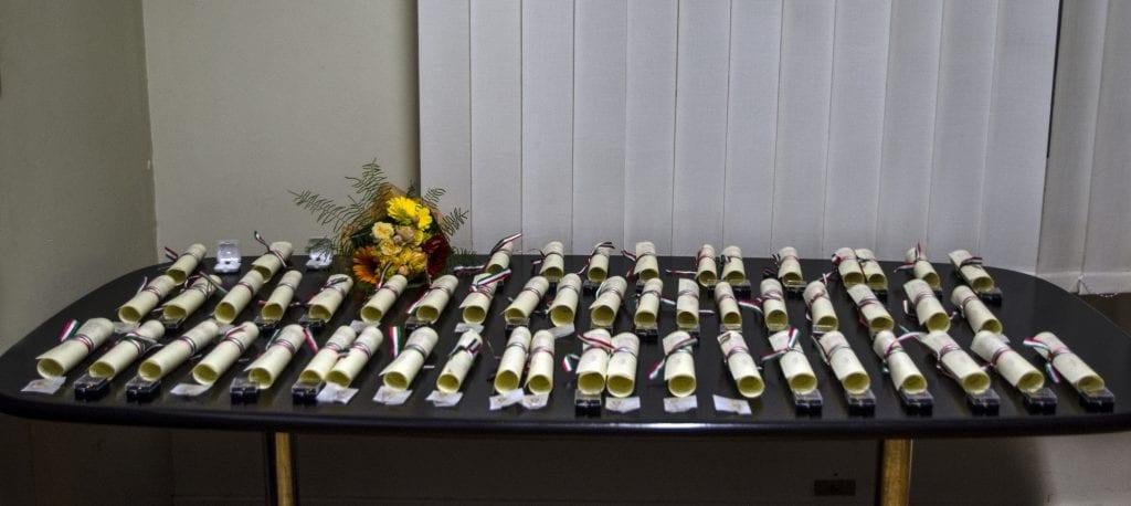 DSC_9885 tavolo diplomi copia