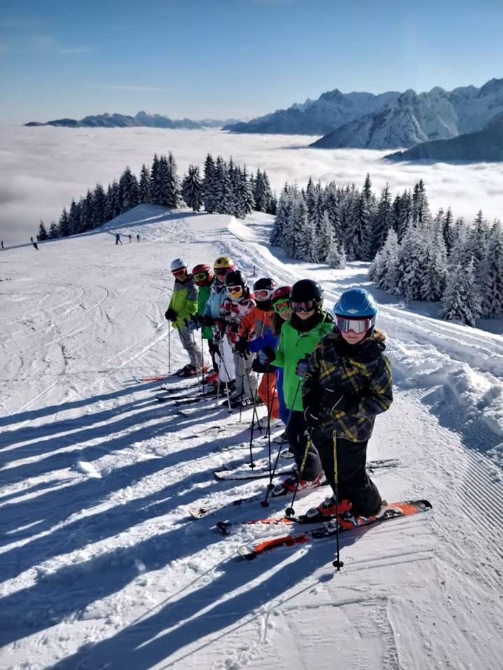 sci cai bimbi su neve sopra nuvole