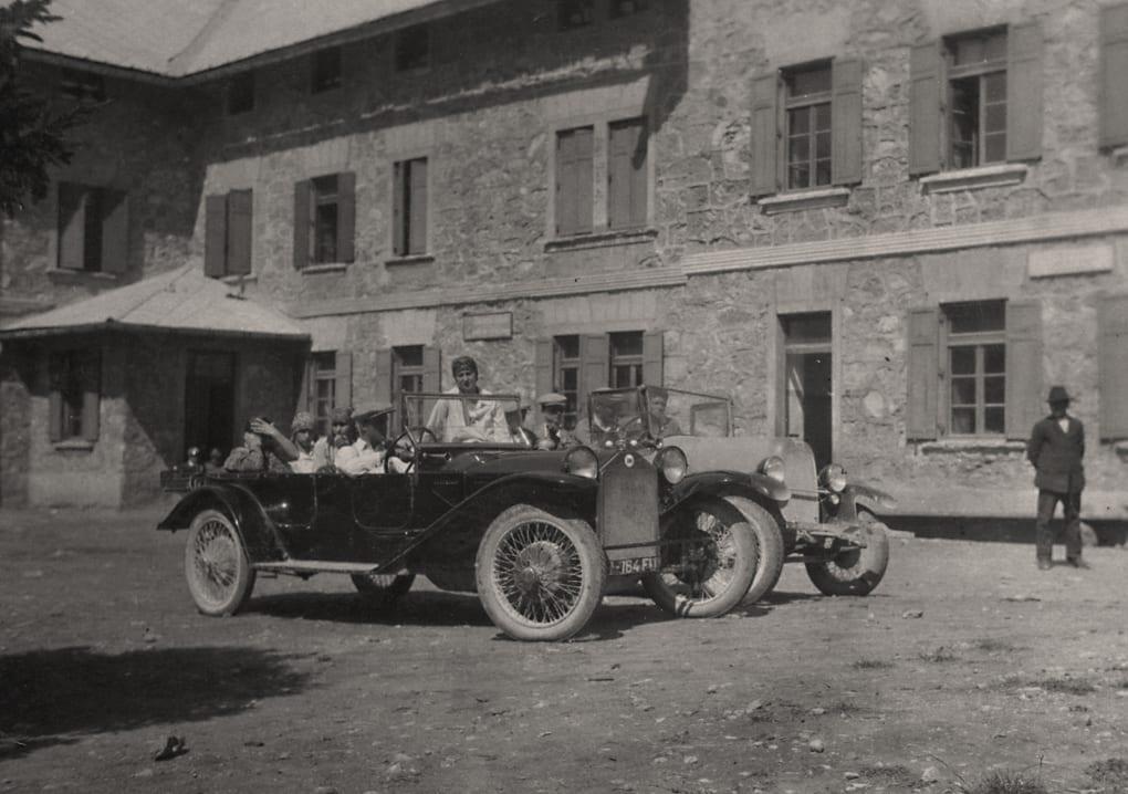Automobili davanti al Rifugio d'Annunzio negli anni '30 (archivio V. Čeligoj)